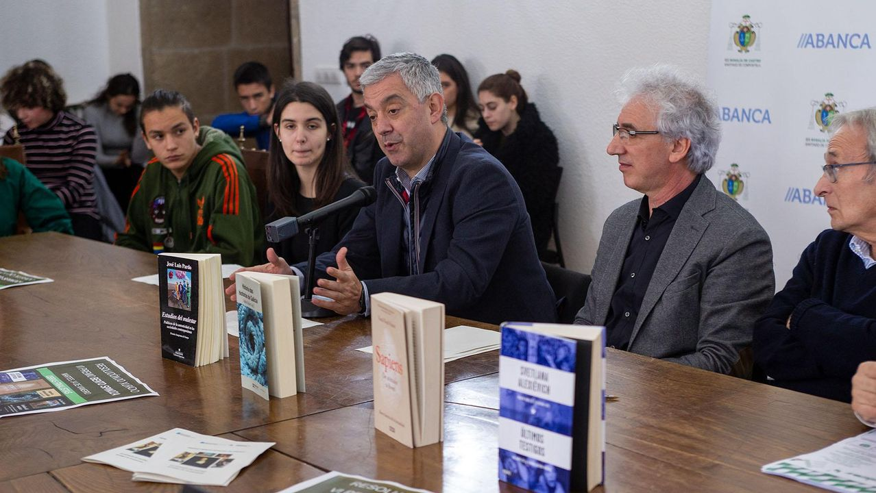 «Compostela, un ano de Voz».Estudiantes encargados de leer el fallo, junto al secretario xeral de Política Lingüística y el director del IES Rosalía de Castro