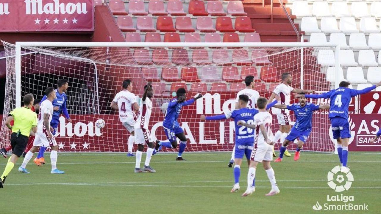 Los futbolistas del Real Oviedo celebran el gol de Arribas ante el Albacete