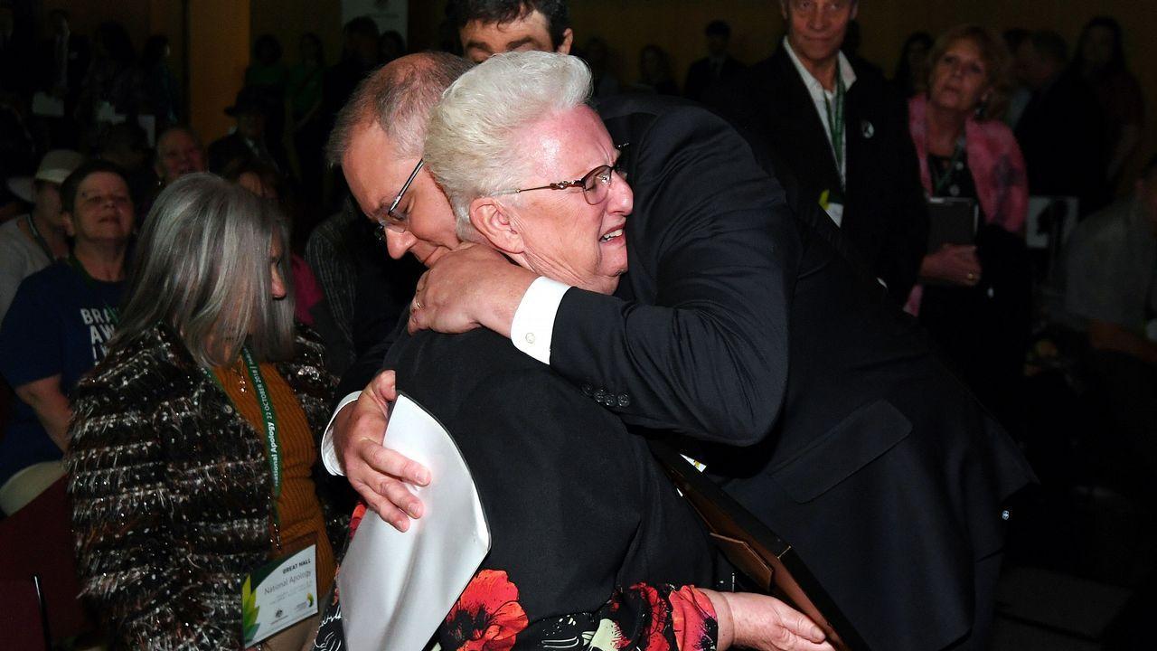 El primer ministro australiano abraza a una victima de abusos sexuales