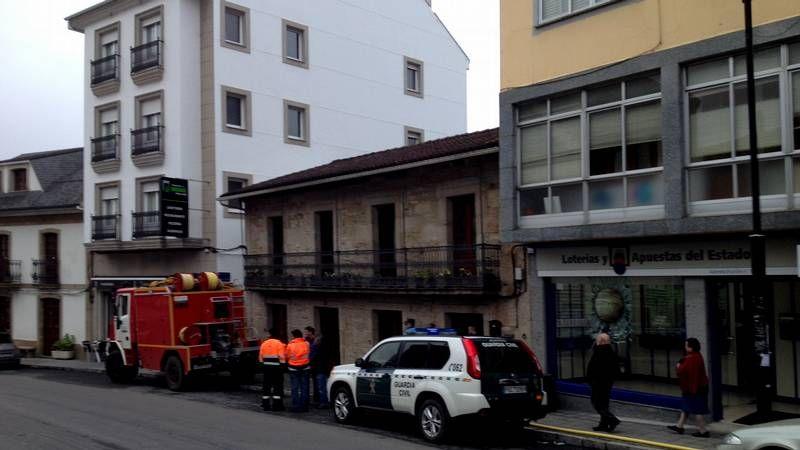 La casa que sufrió el incendio está en pleno centro del casco urbano de Palas de Rei