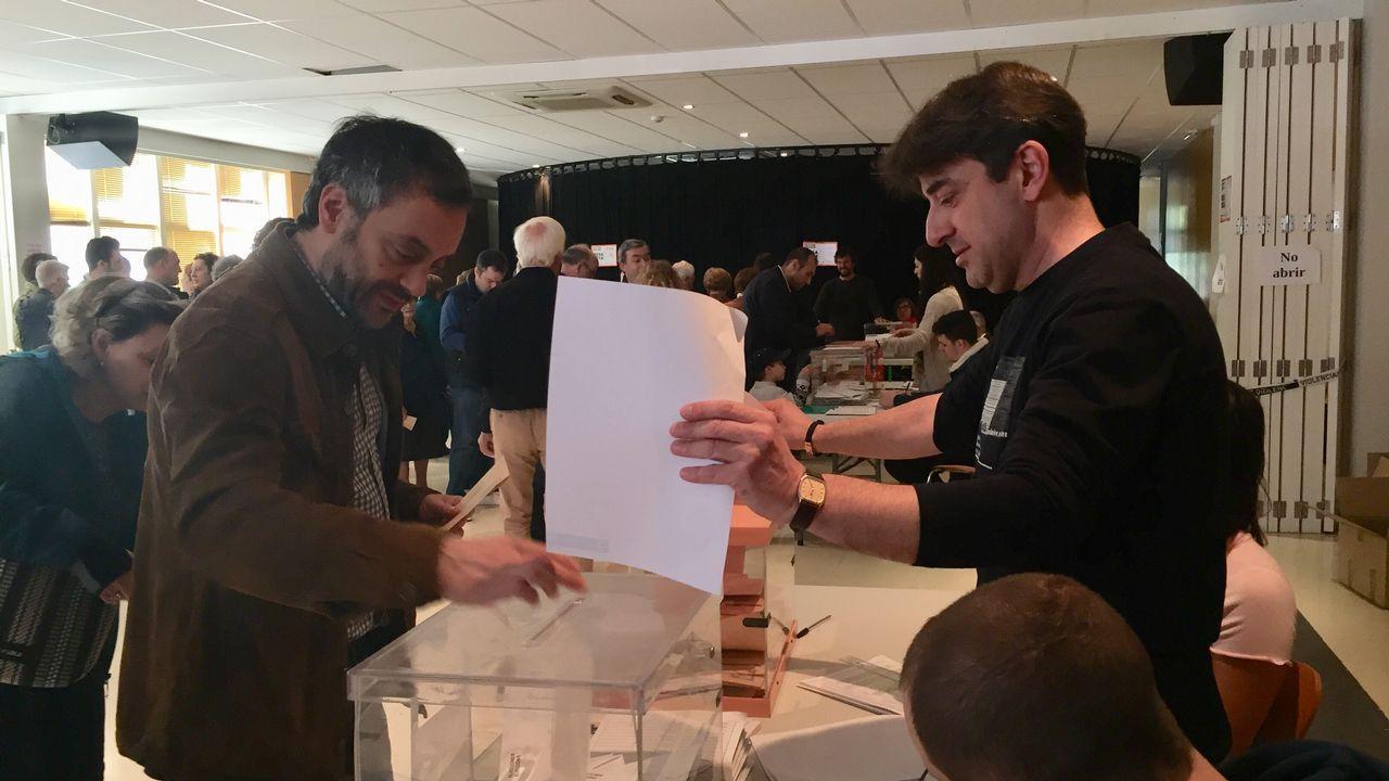 El alcalde de A Coruña, Xulio Ferreiro, en el momento de votar