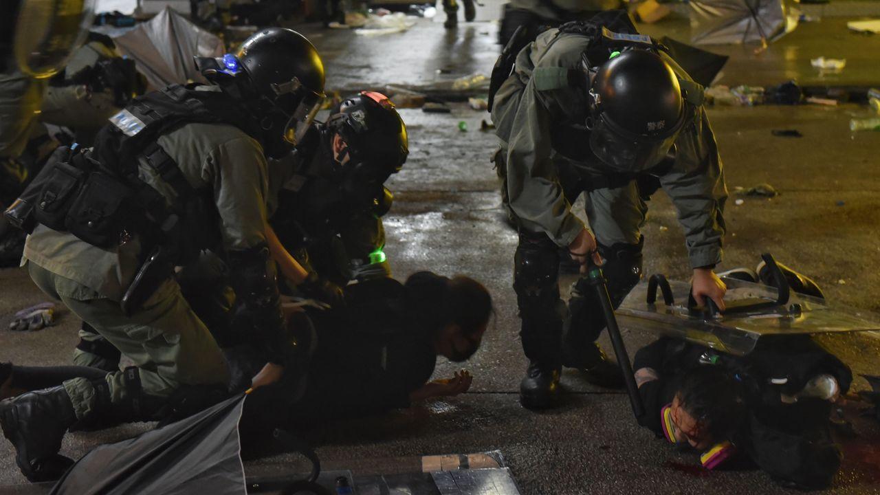 Ourense contra la violencia machista.Unos polícias detenienen a varios manifestantes en Hong Kong