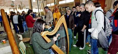 Instrumentos hechos con madera como arpas se pudieron ver ayer en las jornadas de artesanía.