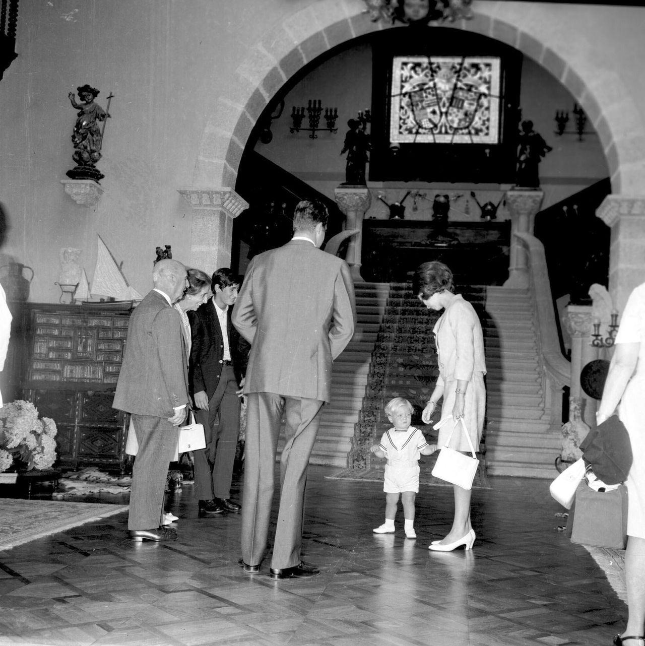 En julio de 1971 los entonces príncipes Juan Carlos de Borbón y Sofía de Grecia, acompañados por su hijo Felipe, actual rey, fueron recibidos en Meirás por el generalísimo y por su mujer, Carmen Polo. En la fotografia, tomada en el vestíbulo, aparecen al final del primer tramo de la escalera las dos lámparas con figura humana sobre pilastras catalogadas por Patrimonio este noviembre