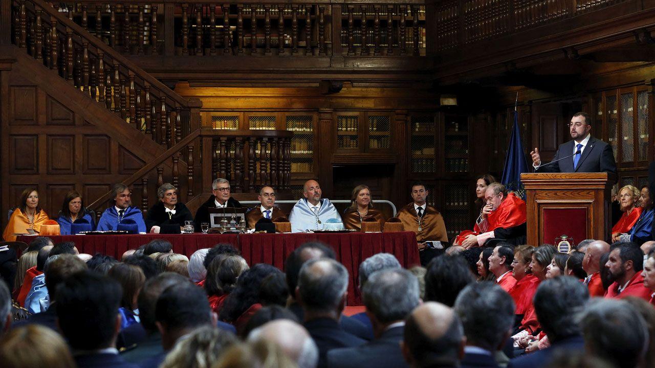 El presidente del Principado, Adrián Barbón, interviene durante la inauguración del curso ante el equipo rectoral, encabezado por Santiago García Granda