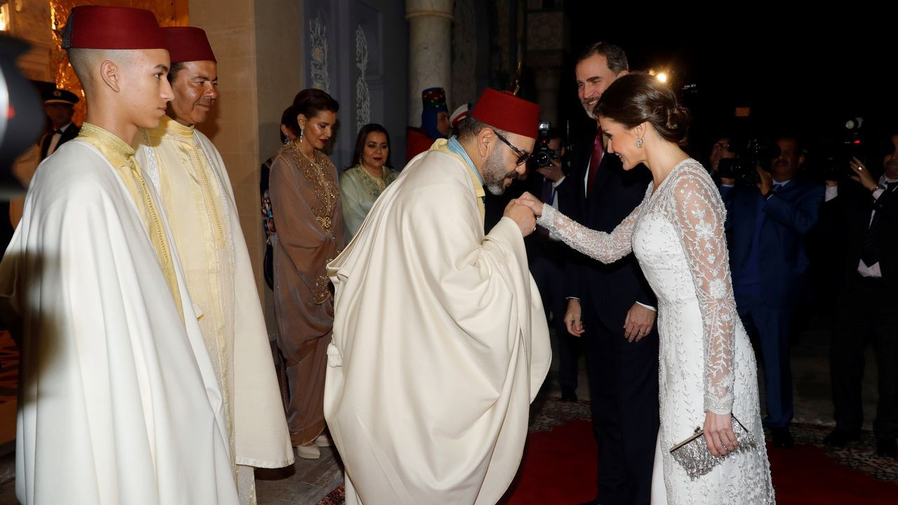 l rey Felipe VI y la reina Letizia participan en la tradicional ofrenda floral ante el Mausoleo donde están las tumbas de Mohamed V y Hasán II, este jueves, en Rabat, durante la segunda jornada de su visita de Estado a Marruecos
