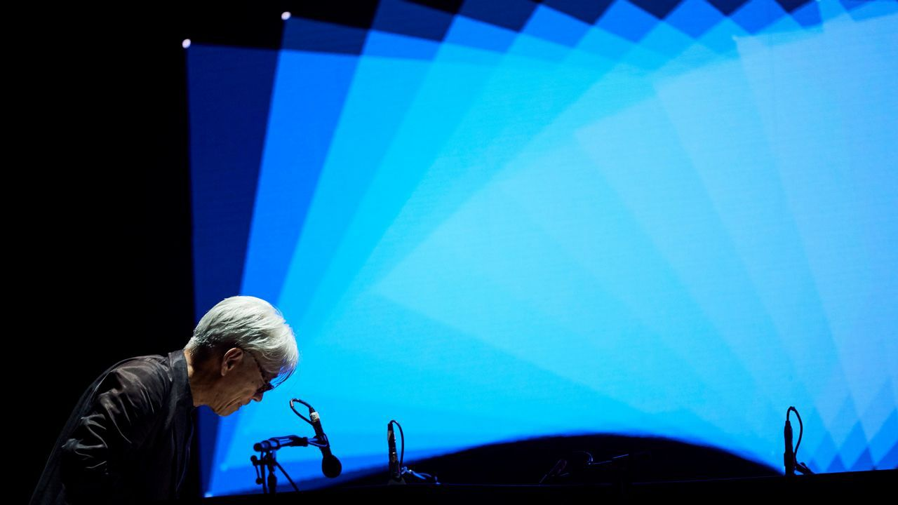 El dúo germano-japonés Alva Noto & Ryuichi Sakamoto durante el concierto que clausura la 25ª edición del festival Sónar