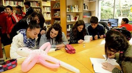 Políticos imputados en la operación Pokémon.Los alumnos del Antón Losada participaron en un taller de globoflexia.