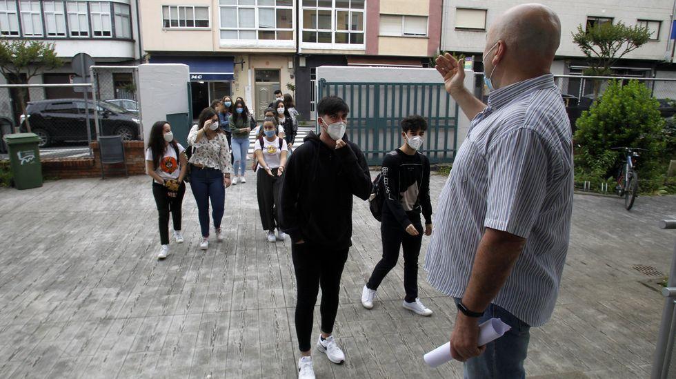 Estudiantes del IES Río Cabe, con mascarilla dentro del centro la pasada primavera