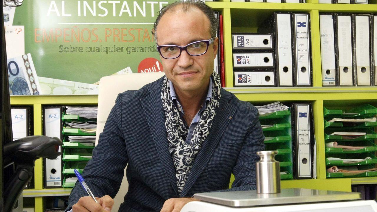 Manuel Alonso, dueño del locutorio y empeños Telecopy