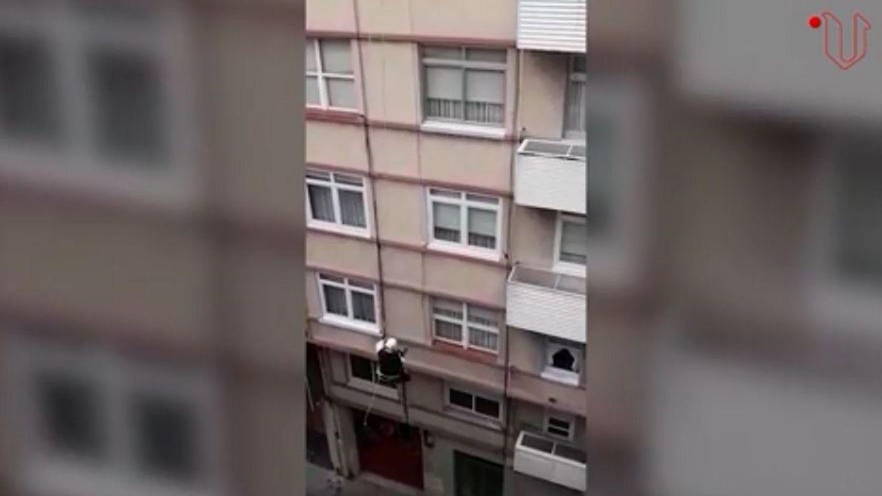 Se descuelga por la fachada del edificio para darle una sorpresa de cumpleaños a un niño de 6 años