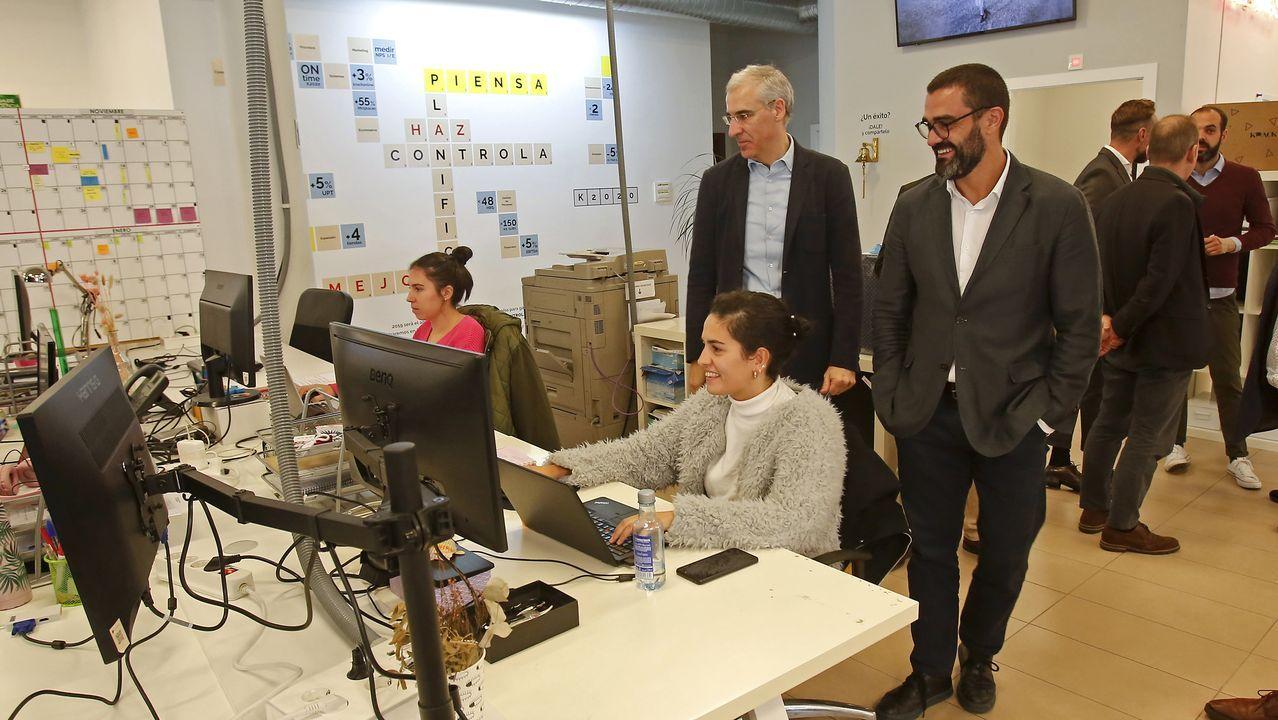 La visita de Feijoo a Cortizo, en imágenes.El monfortino Daniel Rodríguez —centro— en el momento de recoger el premio AJE para los jóvenes emprendedores