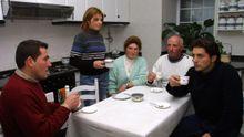 Los miembros de la familia Haz Soneira en su casa de Muxía