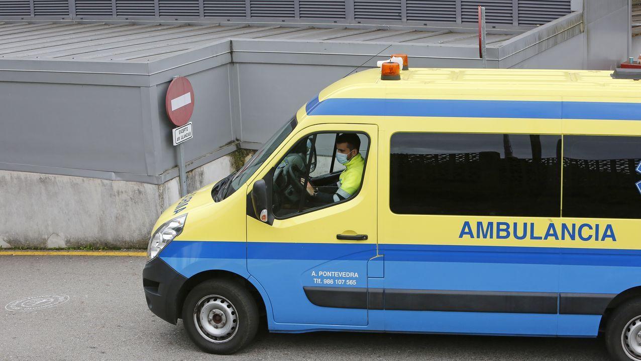 Un técnico en emergencias sanitarias, en el entorno del Hospital Montecelo, en Pontevedra