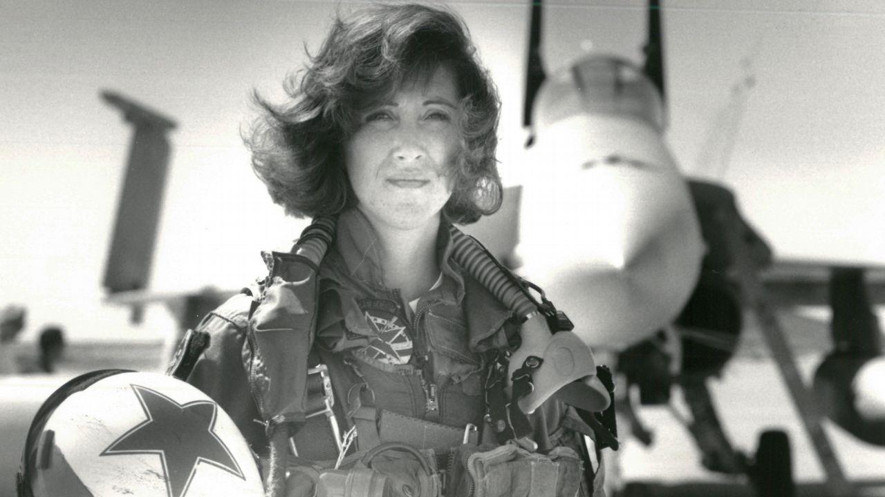 Tammie Jo Shults fue una de las primeras mujeres piloto de caza. En la foto, en 1992 ante un F-18
