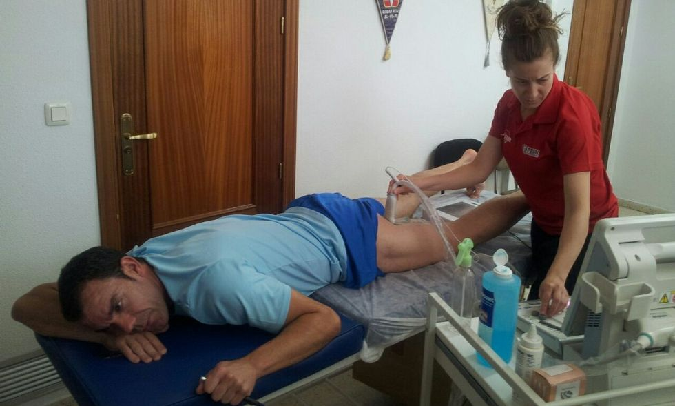 Raúl Castillo, sometiéndose al tratamiento de fisioterapia de recuperación de su mujer en su clínica.
