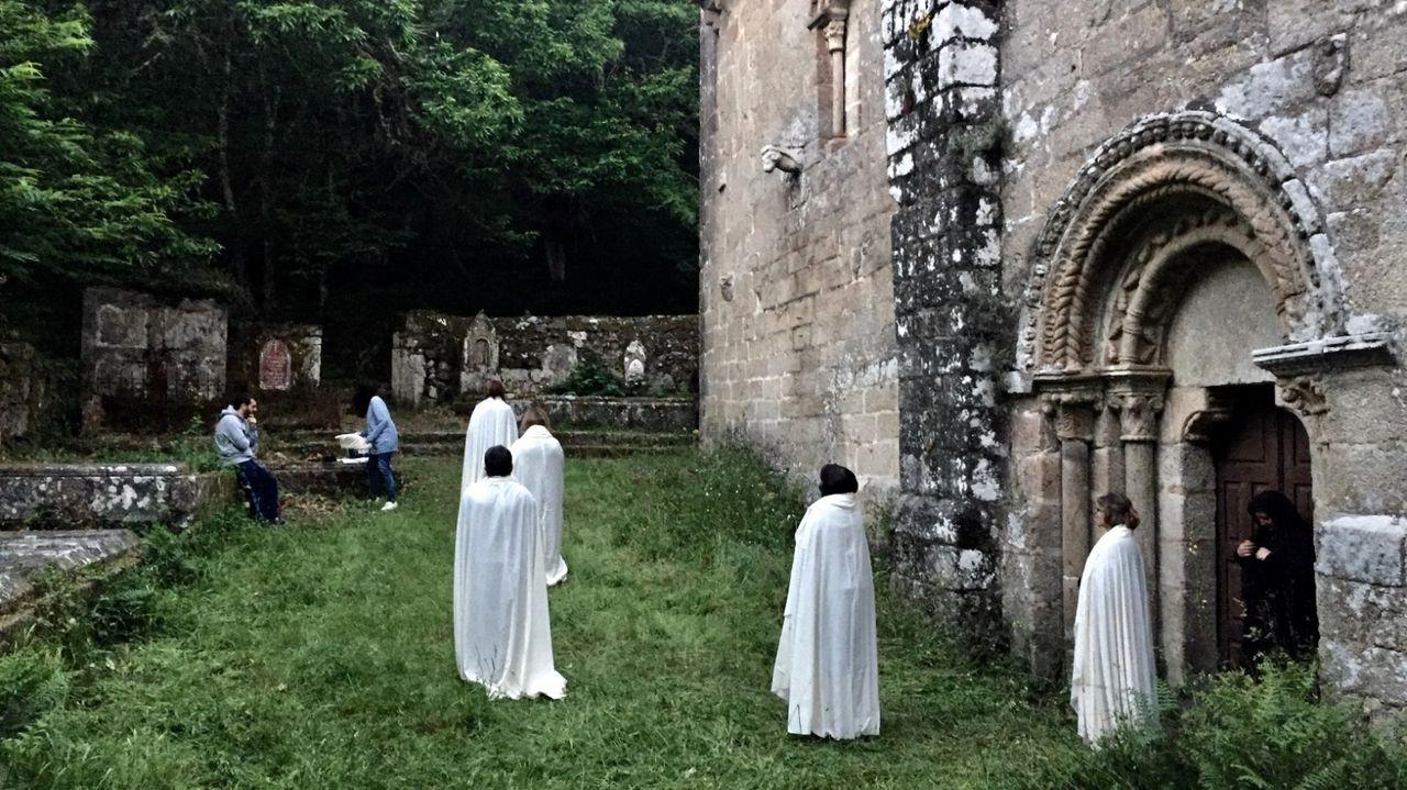 Un momento da rodaxe dunha escena de «Lúa vermella» no adro da igrexa chantadina de Santa María de Pesqueiras