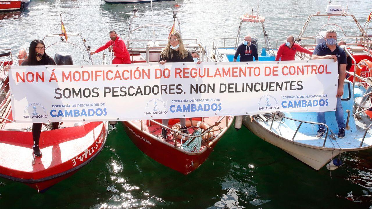 Una pancarta extendida desde varias embarcaciones en Cambados