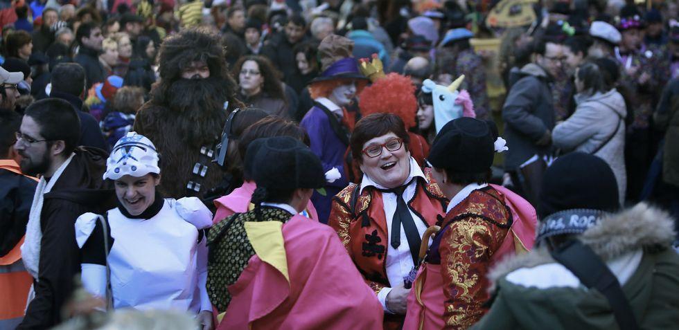 Cientos de personas celebraron el carnaval en la calle de la Torre, donde se vieron más disfraces que nunca.