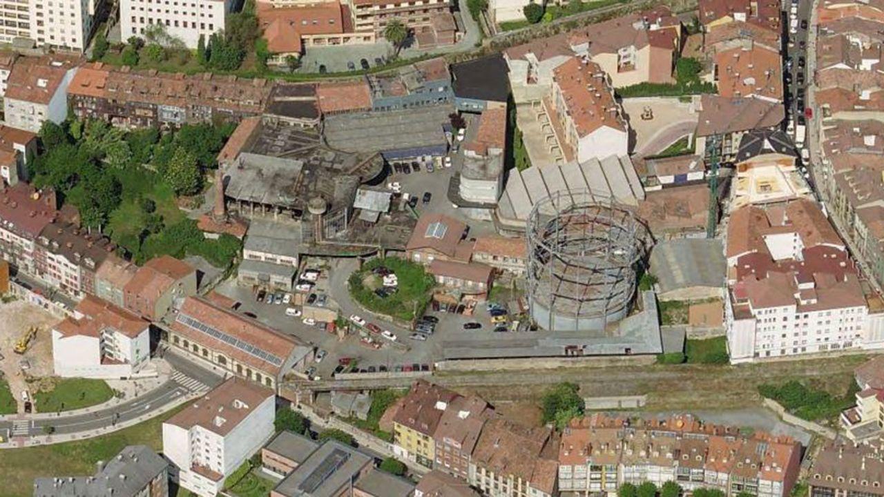 Fábrica de Gas de Oviedo.La valla colocada en una camino en que baja del Naranco