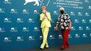 Tilda Swinton y Pedro Almodóvar, posando este jueves en el festival de cine de Venecia