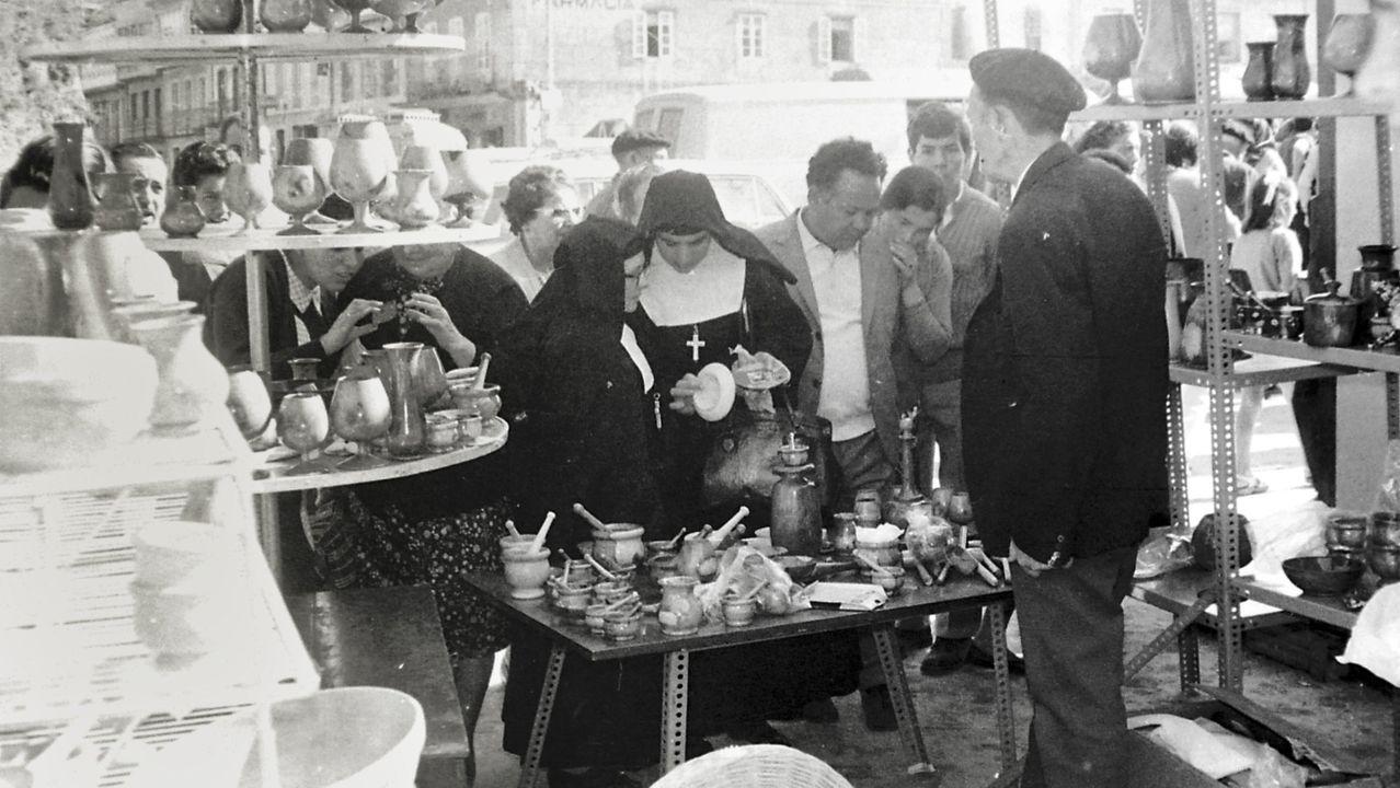 El pregón de San Froilán en imágenes.Venda de apeiros de labranza e pezas de artesanía en 1972 na actual Praza da Constitución