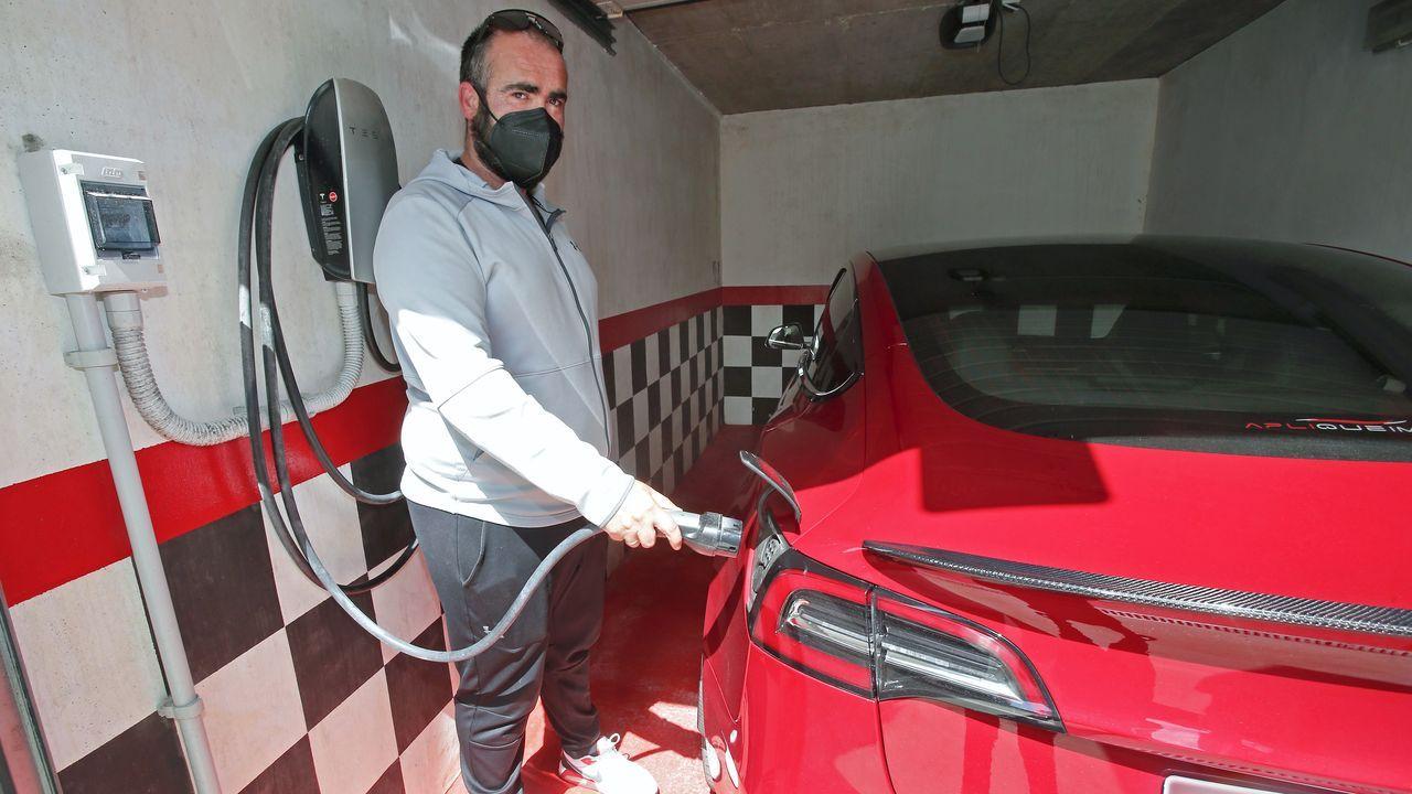 Coches a baterías.Francisco Vidal pone el enchufe de su casa al servicio de otros conductores de forma gratuita.