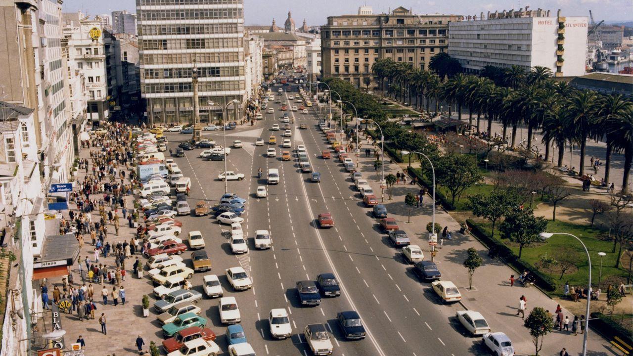 Los coches siguieron aparcando al borde de la acera del Obelisco y de los jardines durante décadas. En esta imagen, de 1985, se aprecian seis carriles de circulación, descontando las zonas de estacionamiento