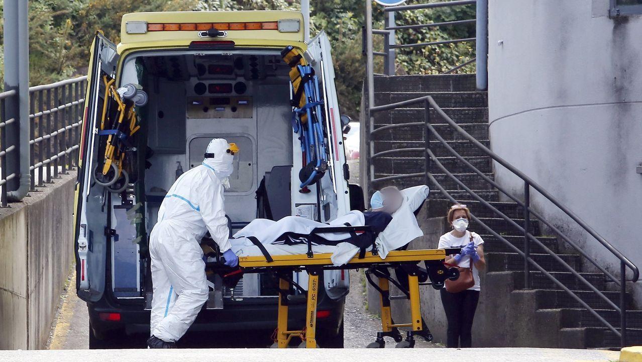 El ministro de Sanidad, Salvador Illa, durante una rueda de prensa.Imagen de un traslado al Hospital Montecelo de Pontevedra durante la pandemia, el pasado mayo