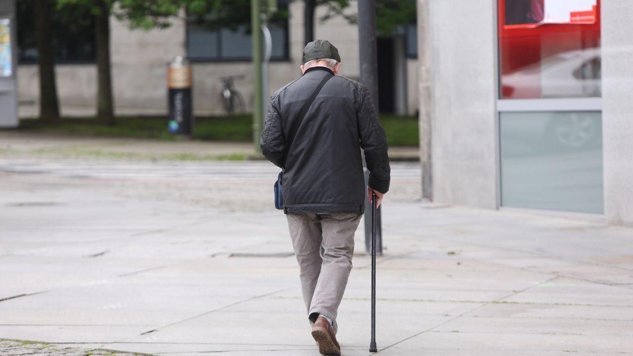 Personas mayores paseando por Ferrol