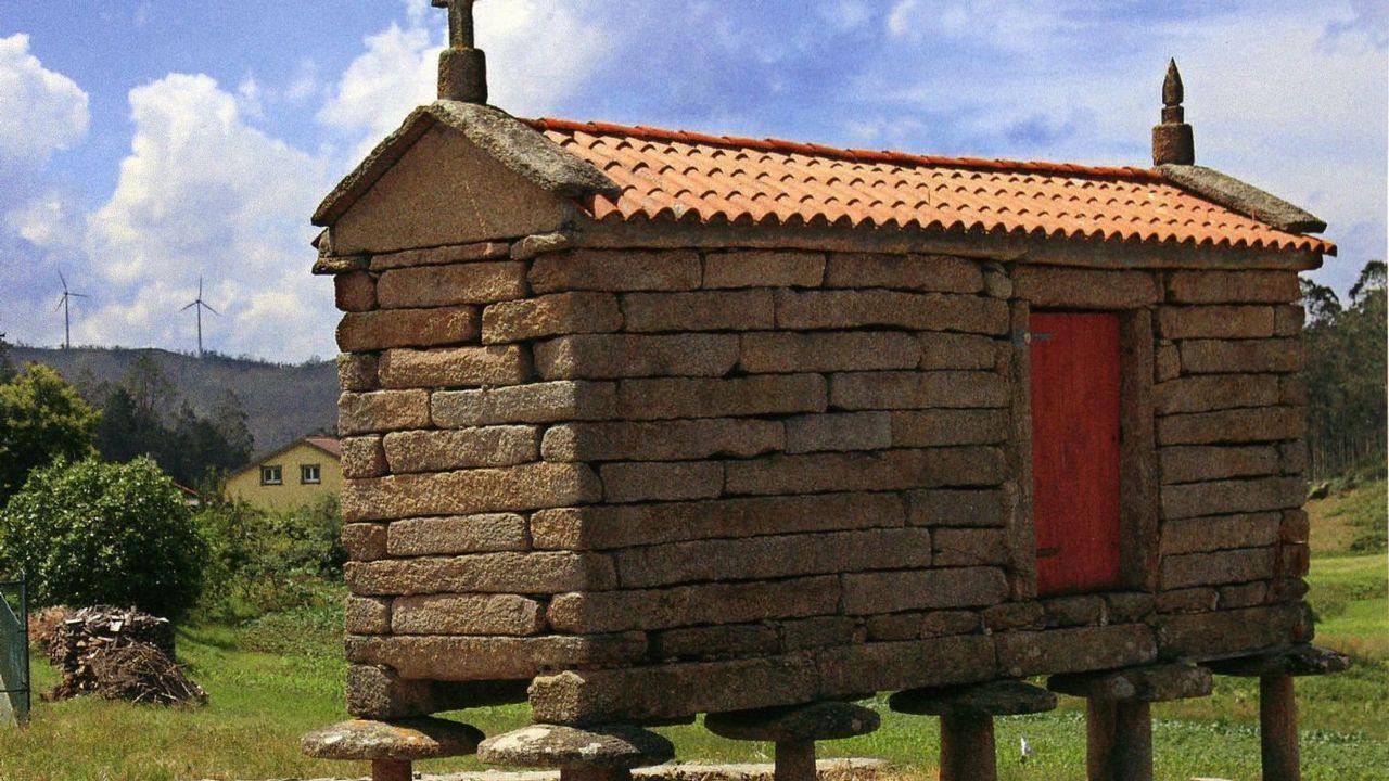 Hórreo pétreo, tipo arco fisterrán, variedade Soneira en Braño (Vimianzo).
