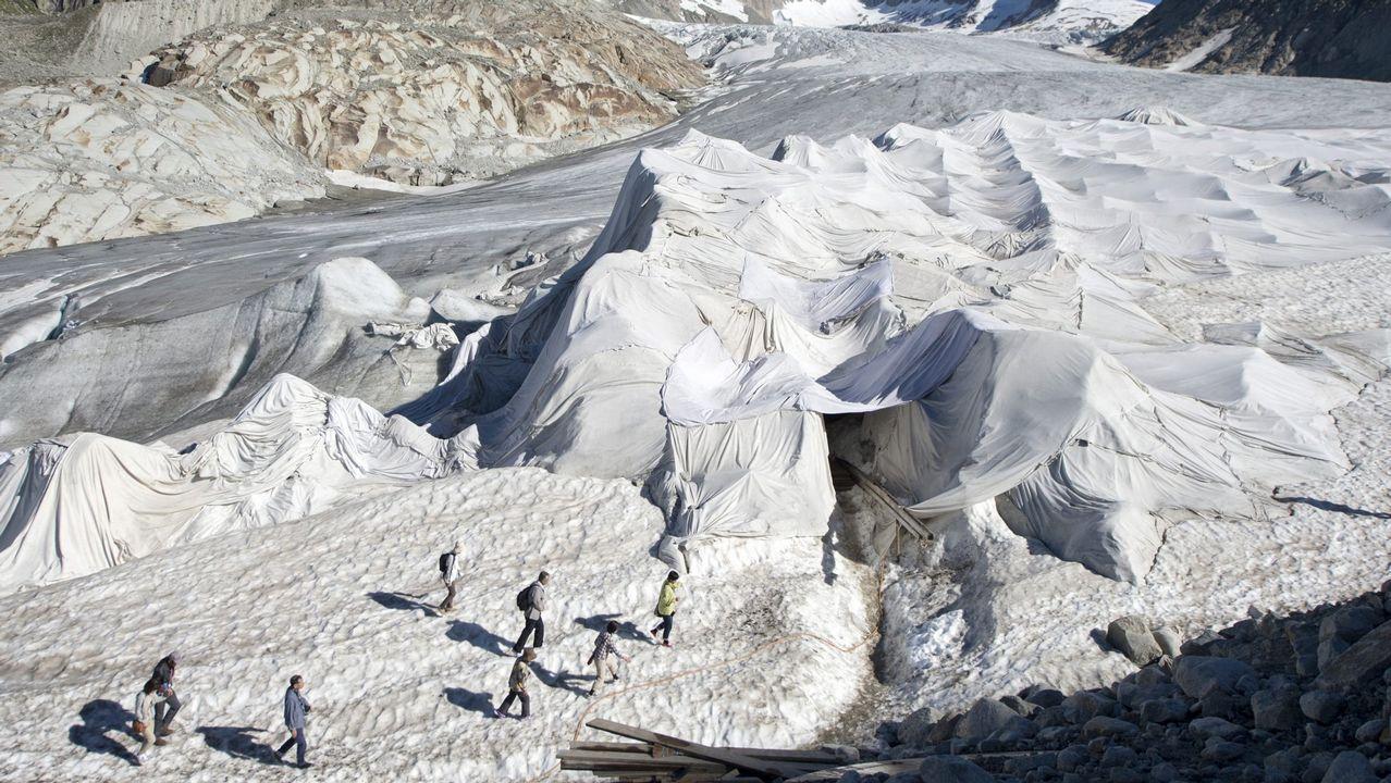 El glaciar del Ródano cubierto con mantas especiales para evitar que se derrita.