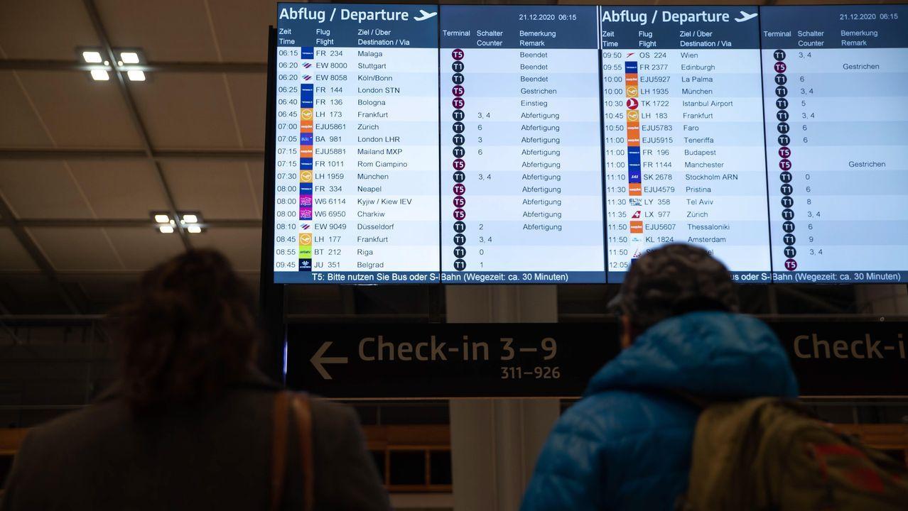 Panel de vuelos en el aeropuerto de Brandenburgo