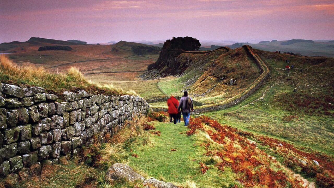 Turistas visitando lo que fue el muro del emperador Adriano, entre Inglaterra y Escocia, que defendieron guerreros astures