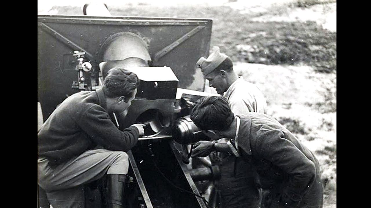 Os Eidos, patrimonio recuperado de Redondela.Milicianos inspeccionan un obús de 155 milímetros, que originó la leyenda de «La Leona» durante la Guerra Civil en Oviedo
