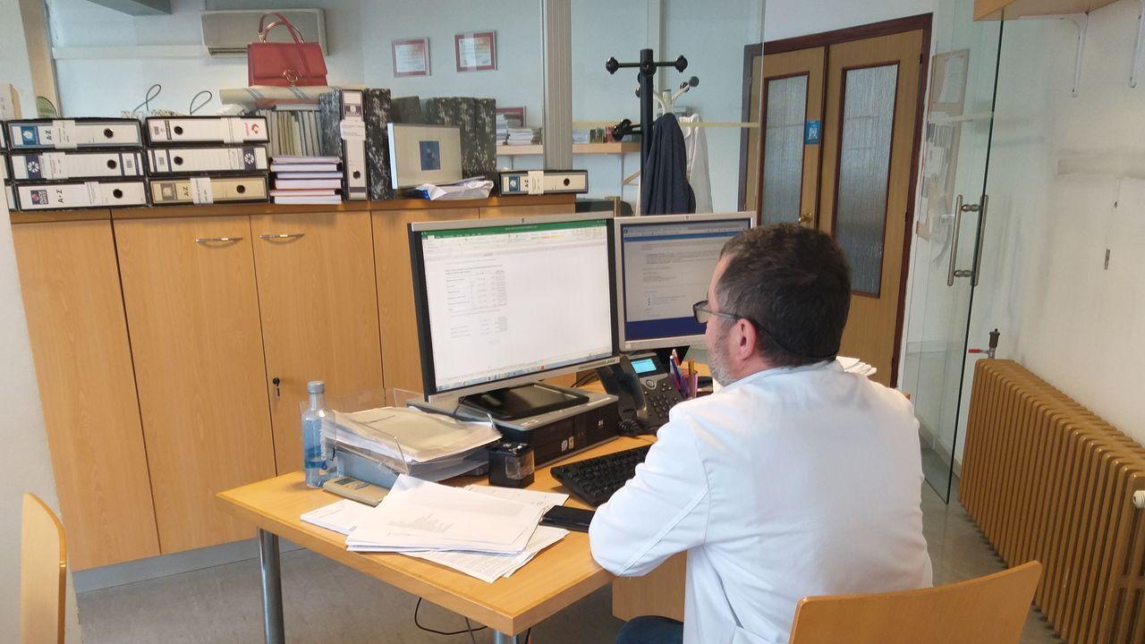 CHUAC Médico ante un ordenador Puesta en marcha de los cuadros de mando en Atención Primaria