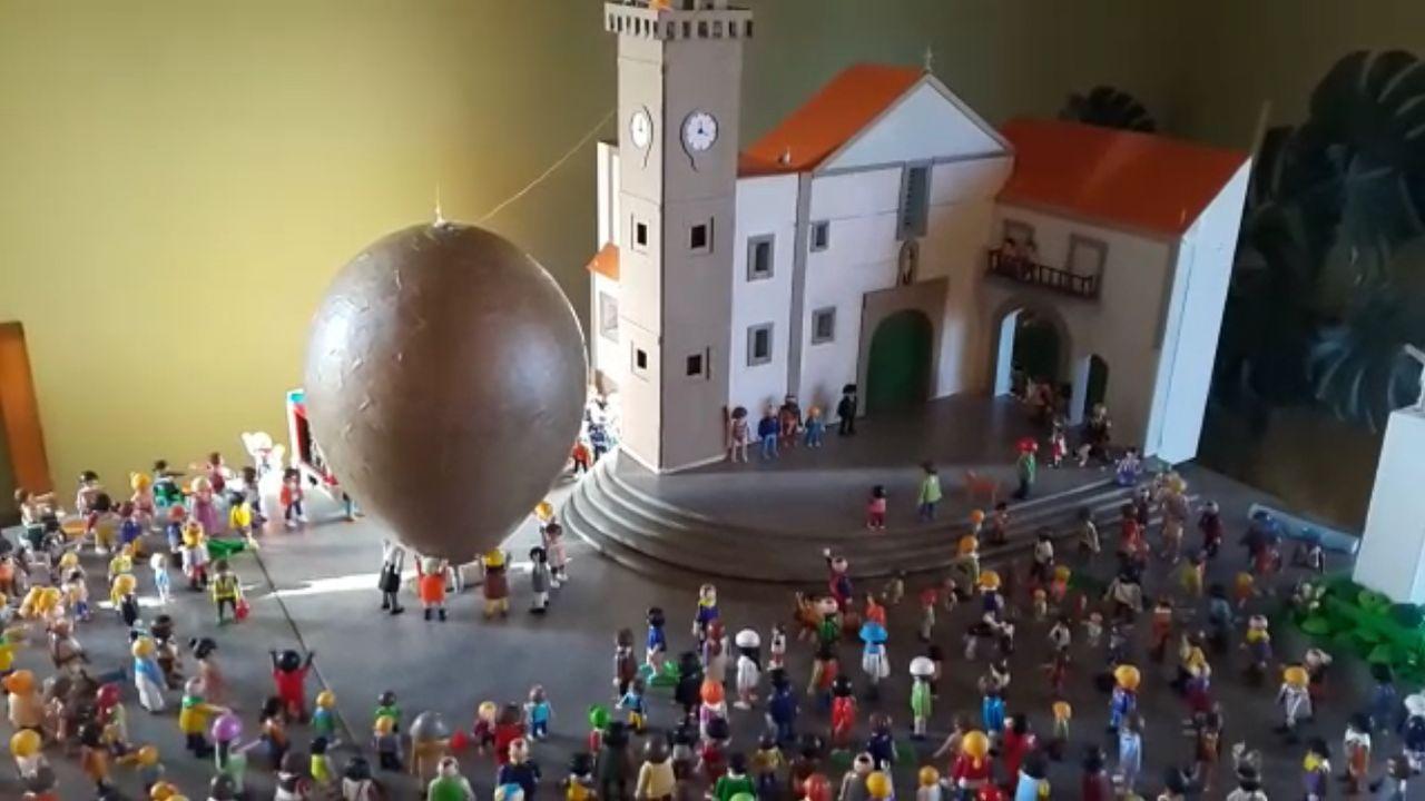 Asi vuela, a escala playmobile, el globo de Betanzos.Vista do parque do Pasatempo de Betanzos
