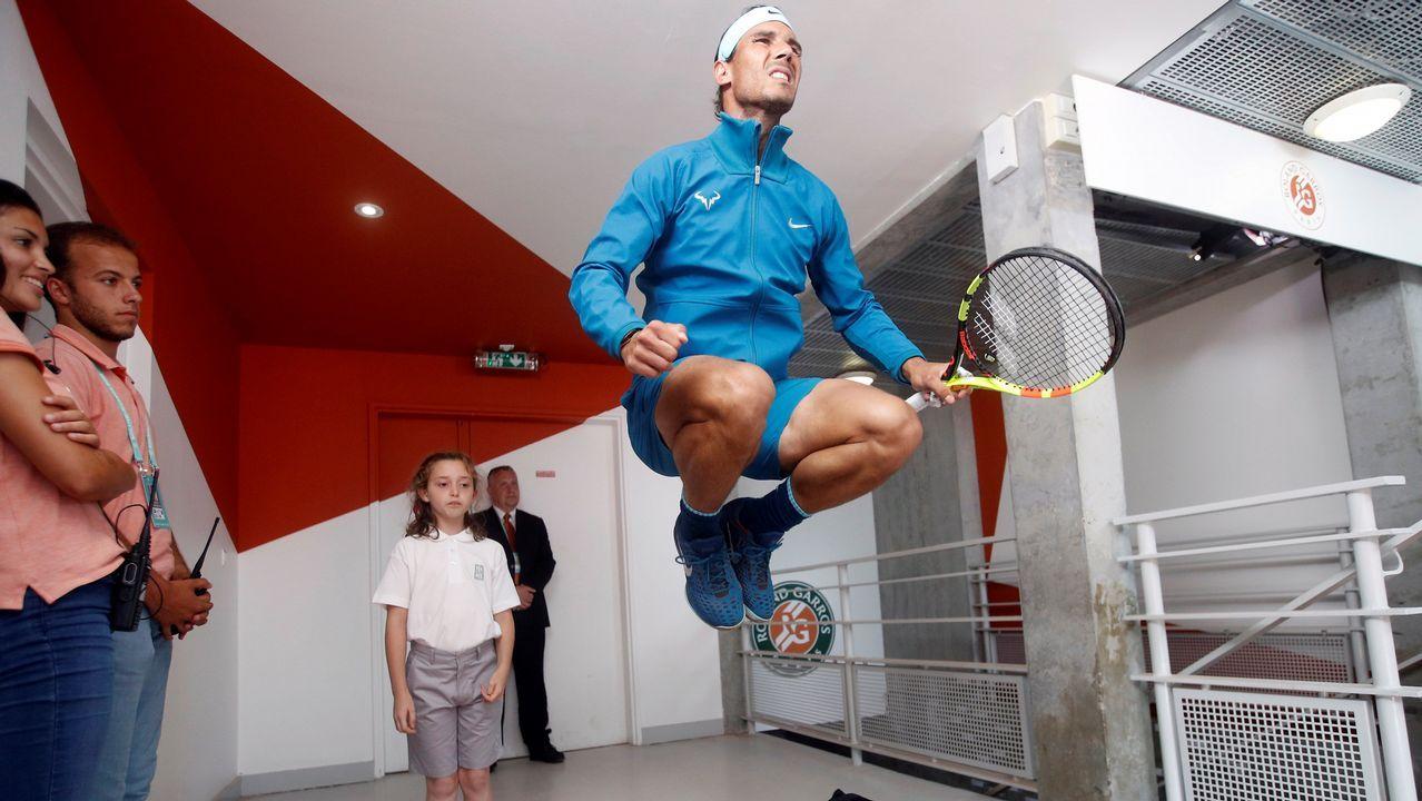 Rafael Nadal calienta antes de su partido contra Juan Martín del Potro, al que ganó