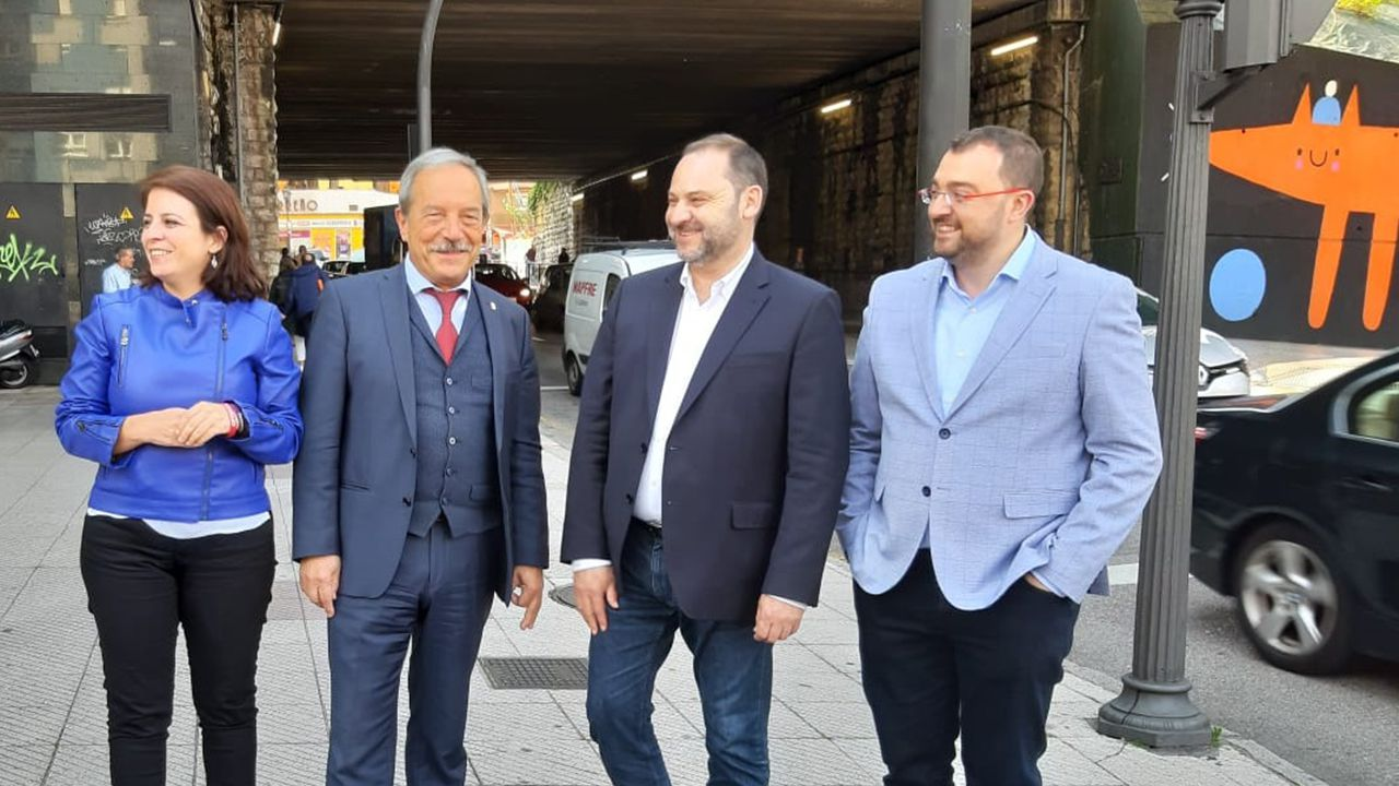 Adriana Lastra, Wenceslao López, José Luis Ábalos y Adrián Barbón en el Puente de Nicolas Soria de Oviedo