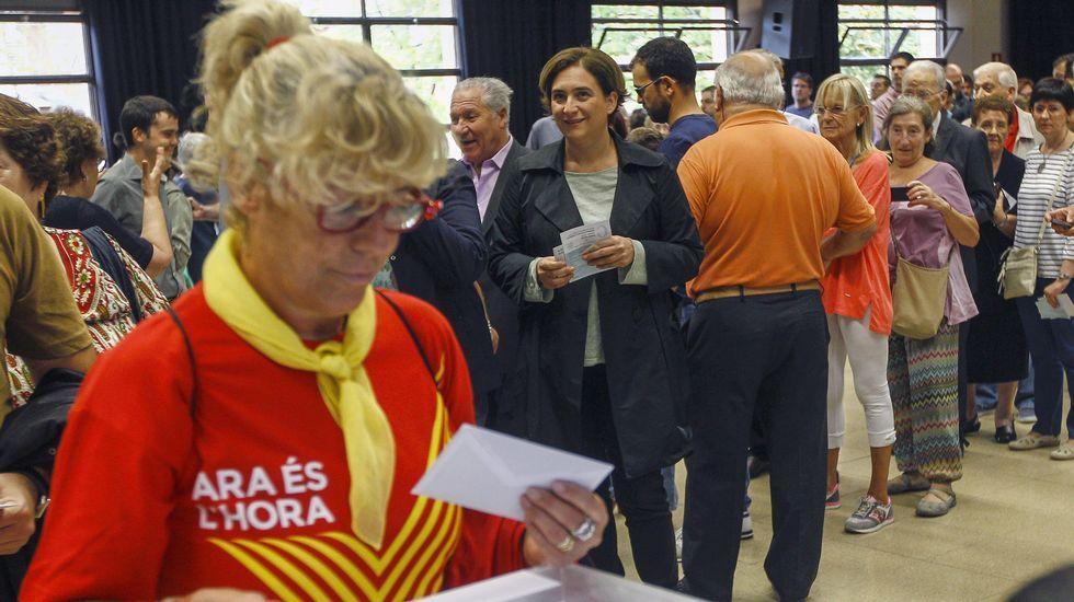 La alcaldesa de Barcelona, Ada Colau, espera su turno para depositar su voto