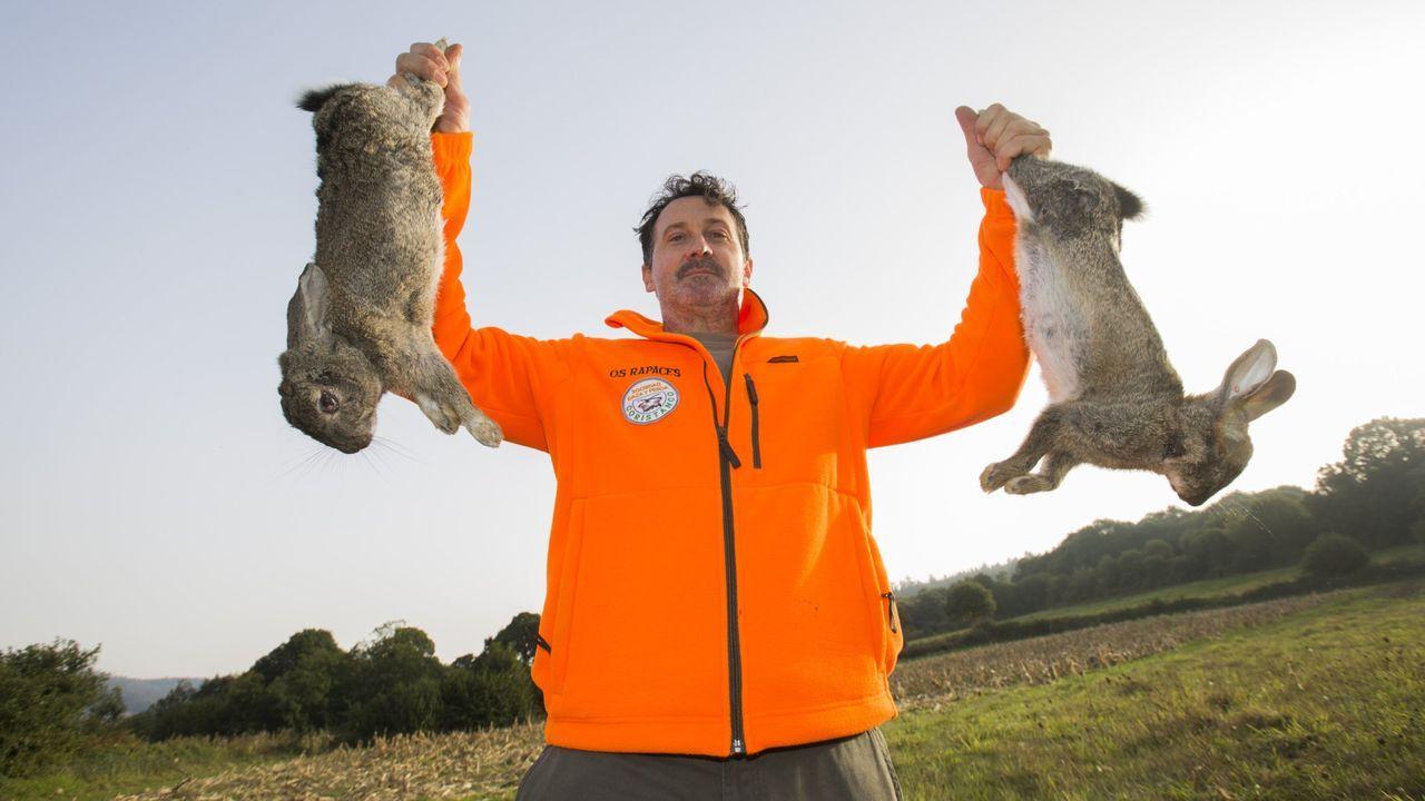 Un cazador de conejos de Coristanco, en el inicio de una temporada de caza.