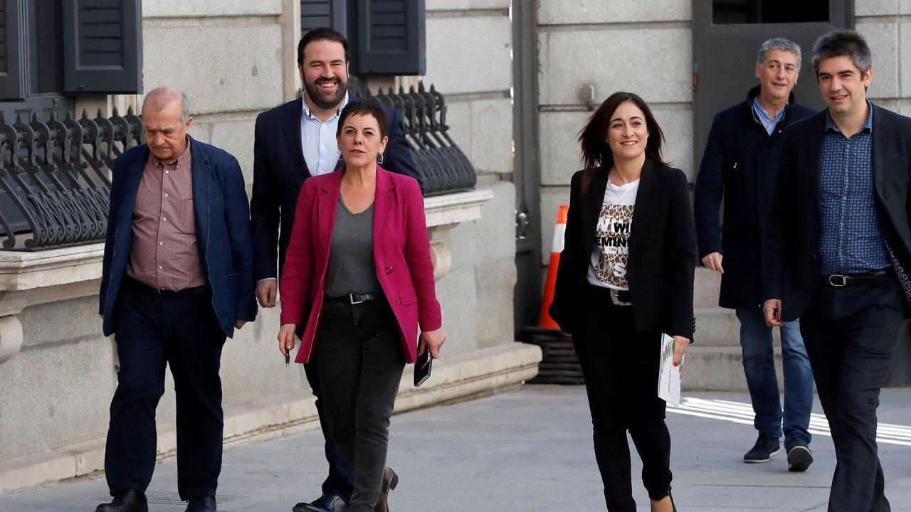 Mertxe Aizpurua (tercera por la izquierda), de EH Bildu, a su llegada al Congreso