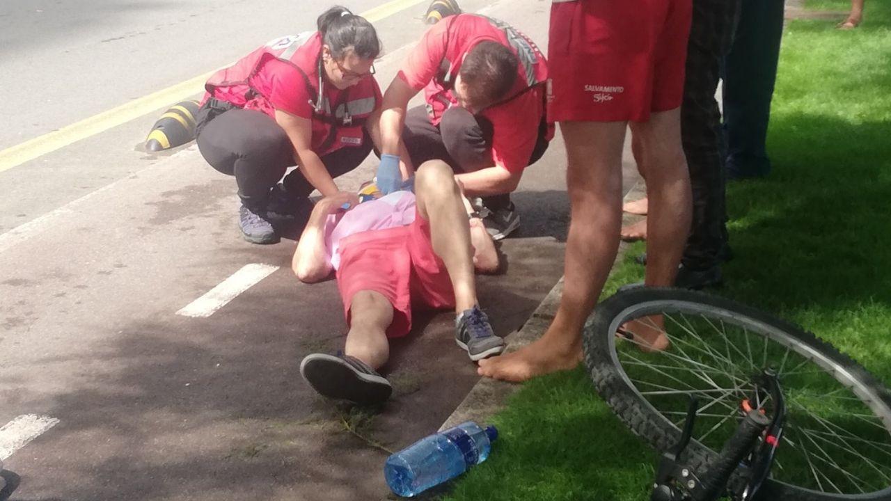 Hospital de Cabueñes, en Gijón.El ciclista es atendido en el carril bici del Muro