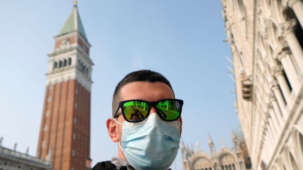Un hombre se protege en Venecia