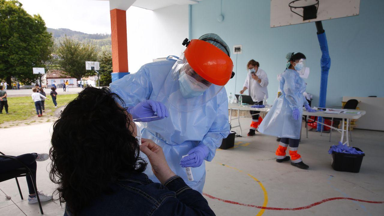 Colas para vacunarse contra el covid en Pontevedra.El CEIP O Carballal, de Marín, fue uno de los tres colegios del municipio donde se hizo este lunes un cribado