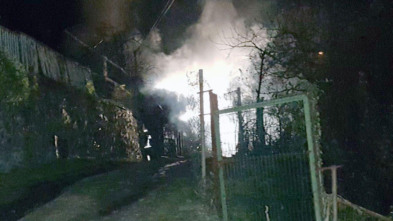Los bomberos extinguen un incendio de madrugada en Cangas del Narcea