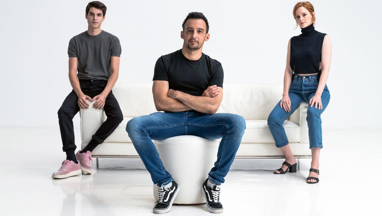 Álvaro Mel, Alejandro Amenábar y Ana Polvorosa, en una de las primeras imágenes promocionales de la serie «La Fortuna»