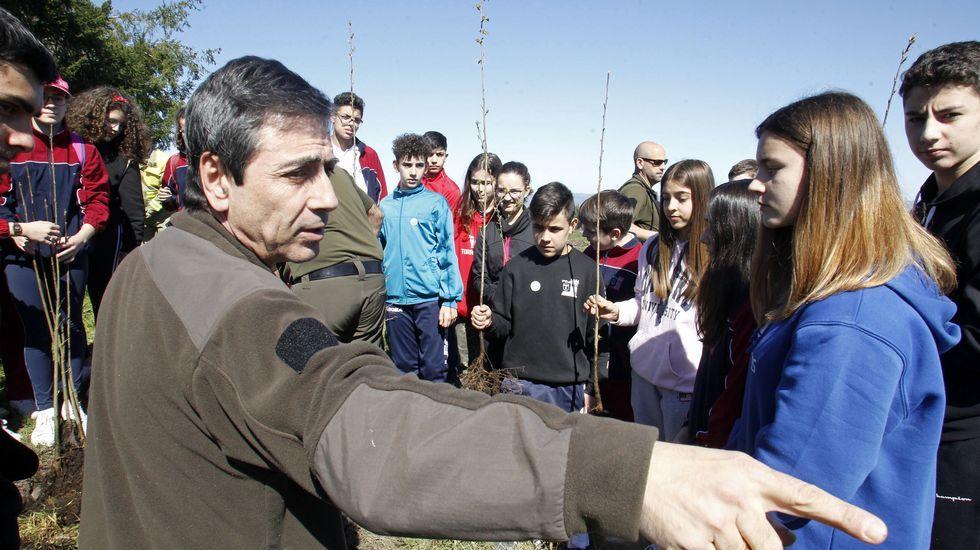 Javier Quintana, técnico do distrito forestal Terras de Lemos, explicalles aos alumnos como se vai levar a cabo a plantación