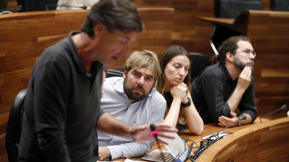 El portavoz de Podemos, Enrique López (i), durante su intervención en el pleno