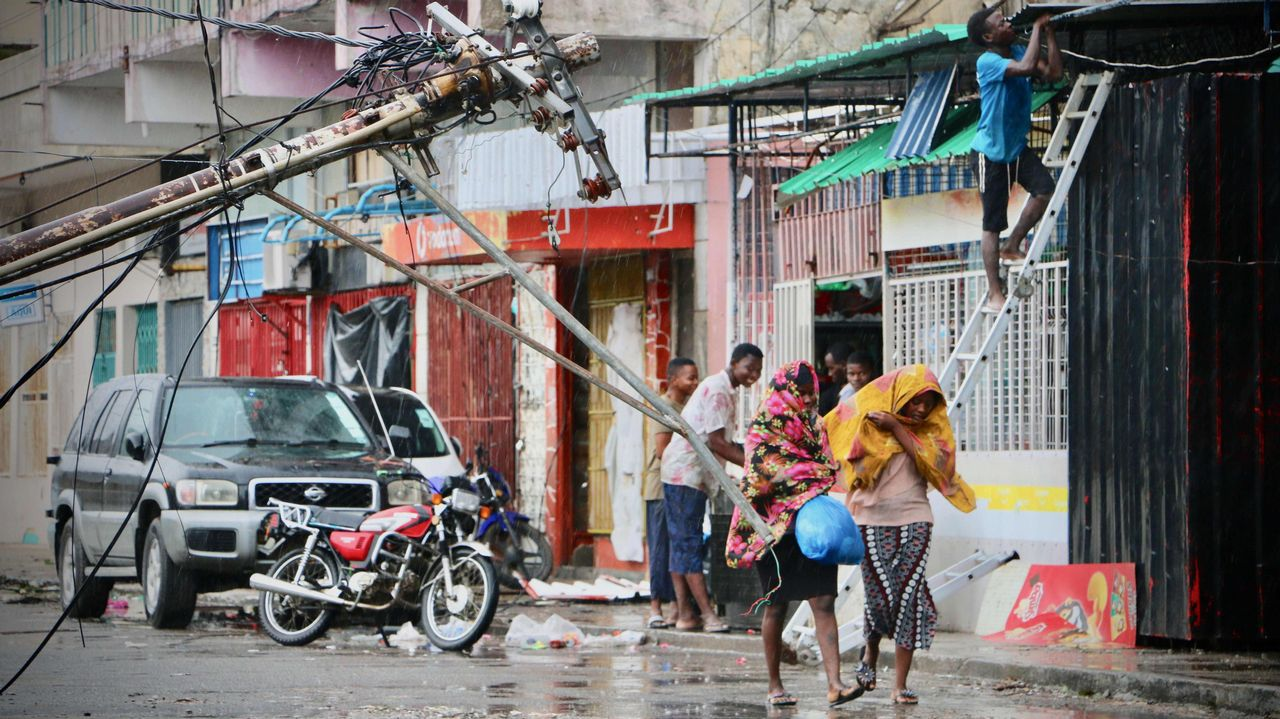 | EFE.Vista aérea de una de las zonas afectadas por las inundaciones, donde un grupo de personas permanecen sobre un tejado